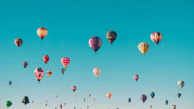 空に舞い上がる色とりどりの気球