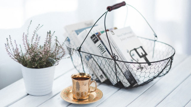 本とコーヒーと花が載ったテーブル