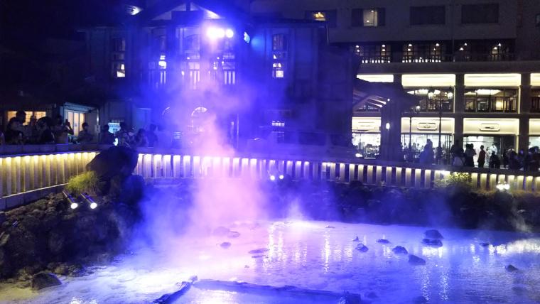 夜の湯畑ライトアップ